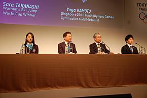 記者会見する左から髙梨選手、猪瀬東京都知事、竹田招致委員会理事長、体操の神本選手