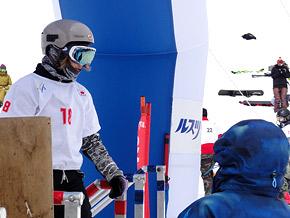 コースを厳しい目で見つめる優勝した藤森由香選手