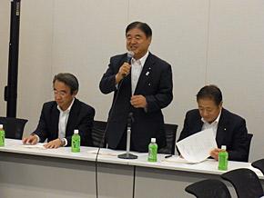 スキー議員連盟設立総会で挨拶する発起人代表の遠藤利明議員。遠藤議員は会長に就任した