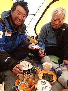 サウスコルで手巻き寿司を食べる雄一郎さんと豪太さん(左)