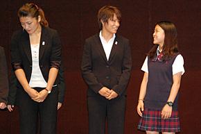 柔道の松本選手と楽しそうに談笑する高梨選手。左はレスリングの伊調馨選手