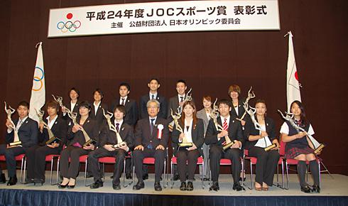 受賞者全員でフォトセッション。前列右が髙梨選手