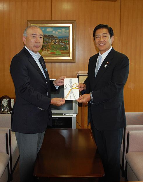 助成目録を手渡される上冶副会長(左)と坂本SAJ副会長
