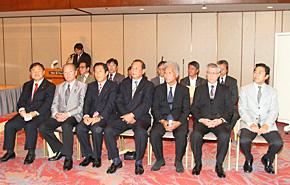 SAJの役員と来賓としてご出席いただいた遠藤利明衆議院議員(左)。遠藤議員の右から鈴木会長、坂本副会長、岡山専務理事、古川競技本部長、谷総務本部長、村里総務副本部長。後列は各部ぼ部長