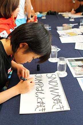 選手控室ではわずかな時間を利用して I LOVE SNOWの「選手からのメッセージ」お願いした。各メッセージと写真は、I LOVE SNOWのコーナーで近日アップされますのでそちらをご覧ください。写真は一生懸命メッセージを書くジャンプの伊藤有希選手