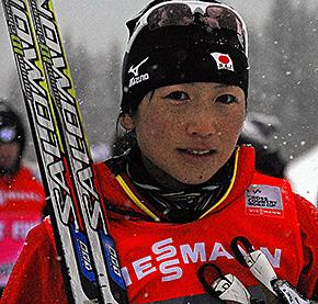競技終了後、インタビューに応える石田選手。納得いかないレースに表情も曇る(写真:岩瀬孝文)
