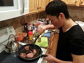 夕食を作る山形選手