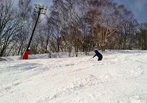不整地バーンを滑走する浅谷選手
