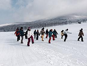 雪上トレーニング前のウォーミングアップ