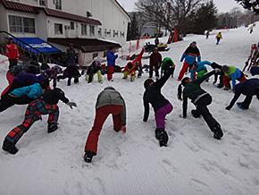 雪上トレーニング前のウォームアップ