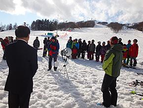 合宿終了後、選手代表がスキー場支配人にお礼の言葉