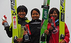昨年、妙高で行われたサマージャンプで髙梨、伊藤選手に次ぐ3位(右)に入った小浅選手(写真:岩瀬孝文)