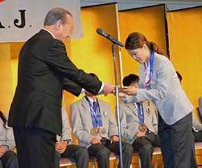 来賓のご挨拶の後、ソチオリンピックのメダリスト9選手が登壇、鈴木会長による顕彰楯と報奨金の目録がそれぞれ手渡された