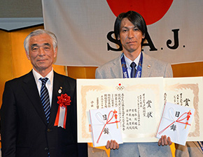 SAJの顕彰に引き続きJOCの特別賞が全選手に授与された(左はJOC青木副会長)