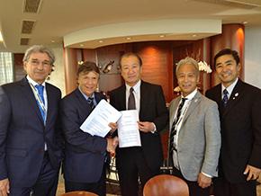 調印にはAUT連盟のシュレックスナーデル会長が出席、日本からは鈴木会長、古川競技本部長と今回の総会でFISの理事に就任した村里理事が出席した