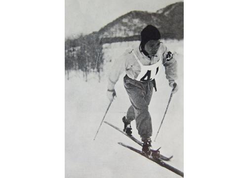 第17回全日本スキー選手権大会、耐久競争で優勝した関戸力選手の力強い走り(スキー年鑑第13号より)