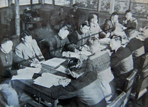1952年オスロオリンピックを翌年に控え出場選手の顔合わせが行われrた。場所は当時お茶の水にあった岸記念体育会館。顔が見えている側の左から4人目は猪谷千春。(スキー年鑑第19号より)